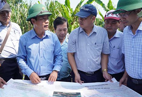 Phó Chủ tịch UBND tỉnh Nguyễn Văn Phương cùng các đơn vị đi khảo sát thực địa giao thông cửa khẩu Hồng Vân