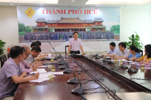 Vice Chairman of the Provincial People's Committee Nguyen Thanh Binh speaks at a meeting with the People's Committee of Hue city