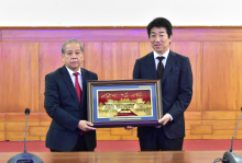 Chairman of the People's Committee of Thua Thien Hue province Phan Ngoc Tho presents gift to Mr. Nakagawa Tetsuyuki