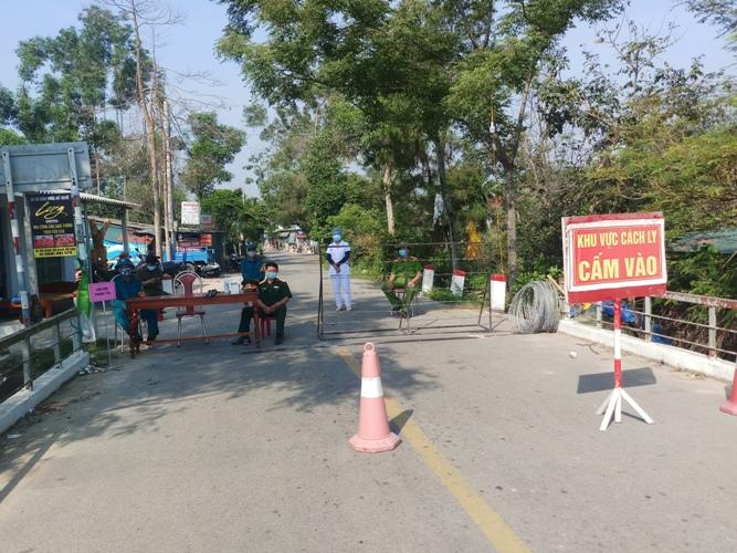Điểm chốt chặn việc cấm đi lại tại thôn Mỹ Chánh, xã Hải Chánh, huyện Hải Lăng, tỉnh Quảng Trị qua địa bàn xã Phong Hòa huyện Phong Điền
