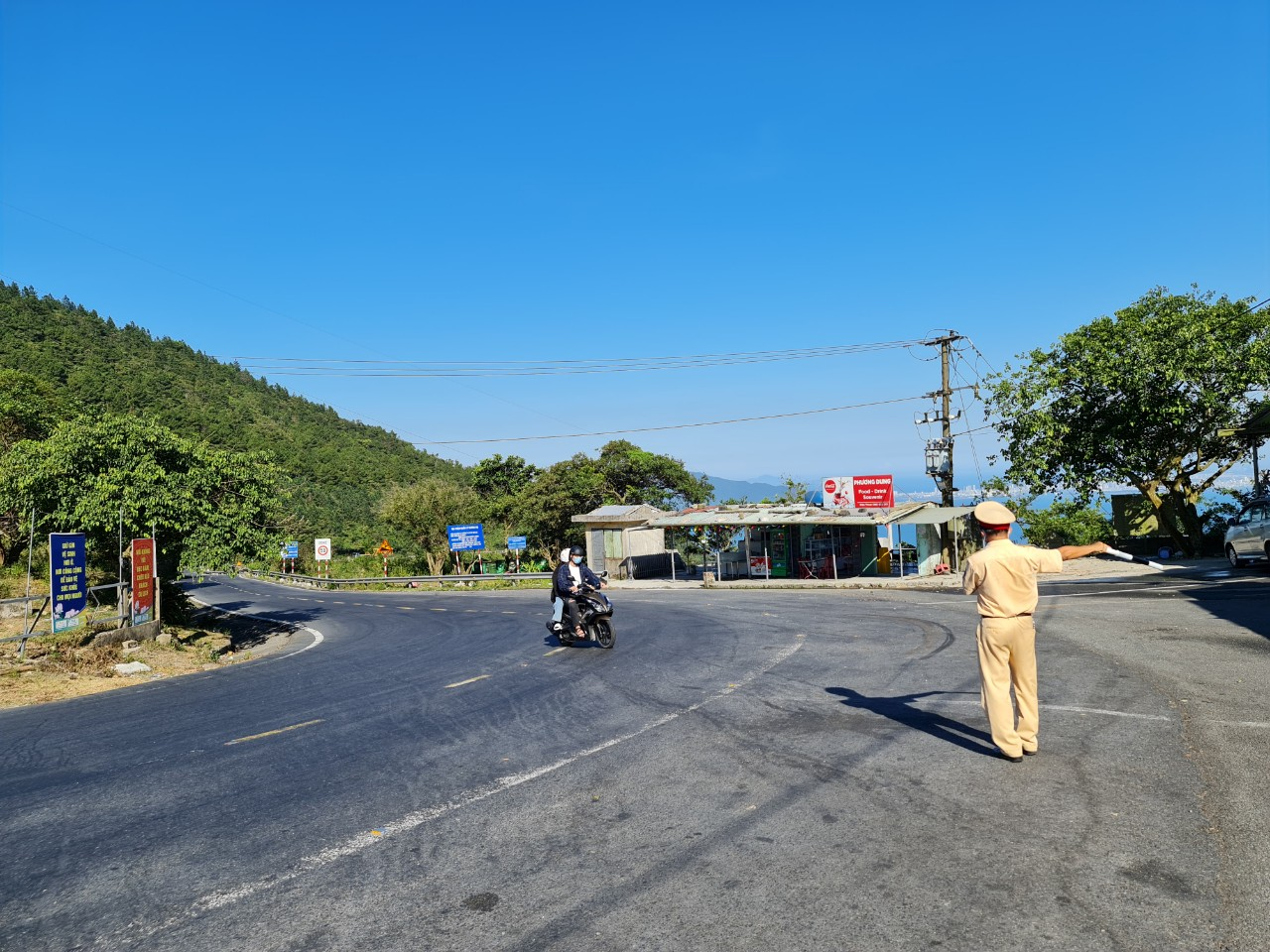 Kiểm soát xe máy về địa phương tại đèo Hải Vân