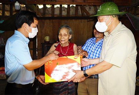 Trung tướng Trần Việt Khoa và Chủ tịch UBND tỉnh Nguyễn Văn Phương trao quà cho gia đình chính sách