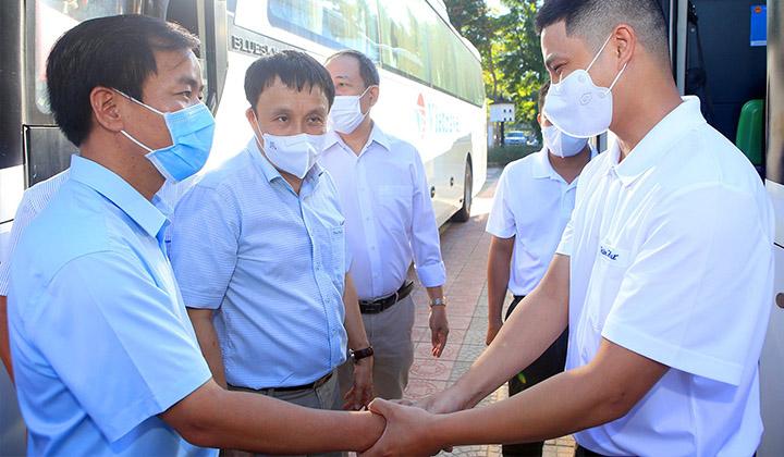 Phó Bí thư Tỉnh ủy, Chủ tịch UBND tỉnh Nguyễn Văn Phương động viên các y bác sỹ trước giờ lên đường làm nhiện vụ