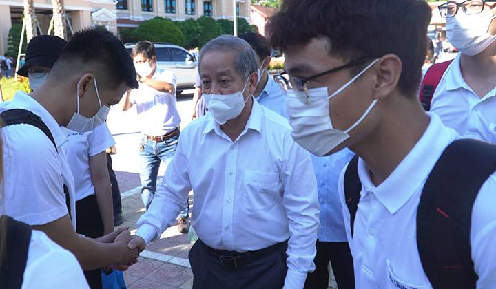 Phó Bí thư Thường trực Tỉnh ủy Phan Ngọc Thọ động viên các y bác sỹ trước giờ lên đường làm nhiện vụ