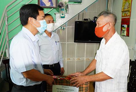 Chủ tịch UBND tỉnh Nguyễn Văn Phương thăm, tặng quà cho gia đình chính sách tiêu biểu