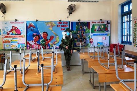 Cán bộ, chiến sĩ Hải đội 2 hỗ trợ các trường học trên địa bàn phun thuốc khử khuẩn tại các phòng học