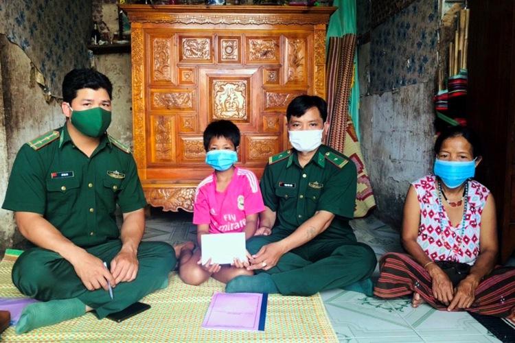 Cán bộ, chiến sĩ BĐBP đến tận nhà để trao hỗ trợ cho các em học sinh có hoàn cảnh khó khăn