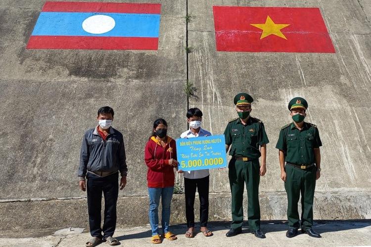 Đồn biên phòng Hương Nguyên trao hỗ trợ cho em A Việt Dia, bản Ka Lô, huyện Ka Lừm, tỉnh Sê Kông, Lào