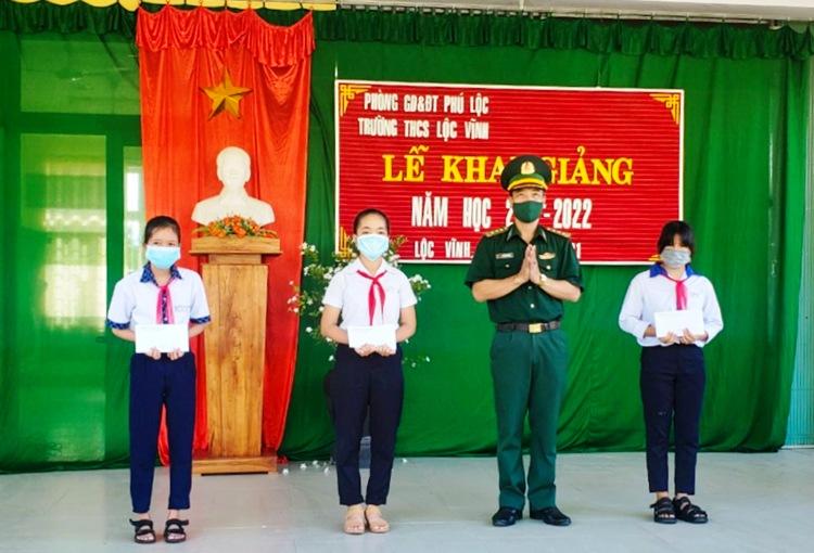 Đồn biên phòng của khẩu cảng Chân Mây trao hỗ trợ cho các em học sinh Trường Tiểu học Bình An, xã Lộc Vĩnh, huyện Phú Lộc trong năm học mới